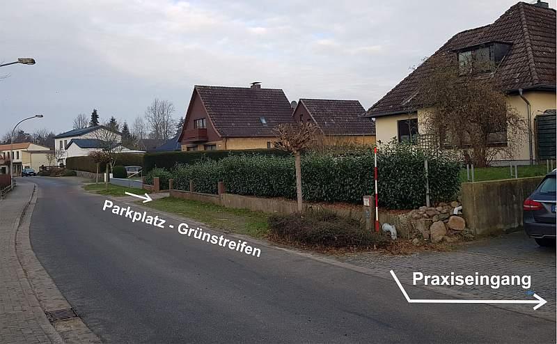 Parkplatz Grünstreifen neben der Praxis